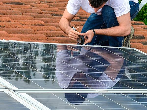 Posa-pannelli-fotovoltaico-per-condominio-castelfranco-emilia